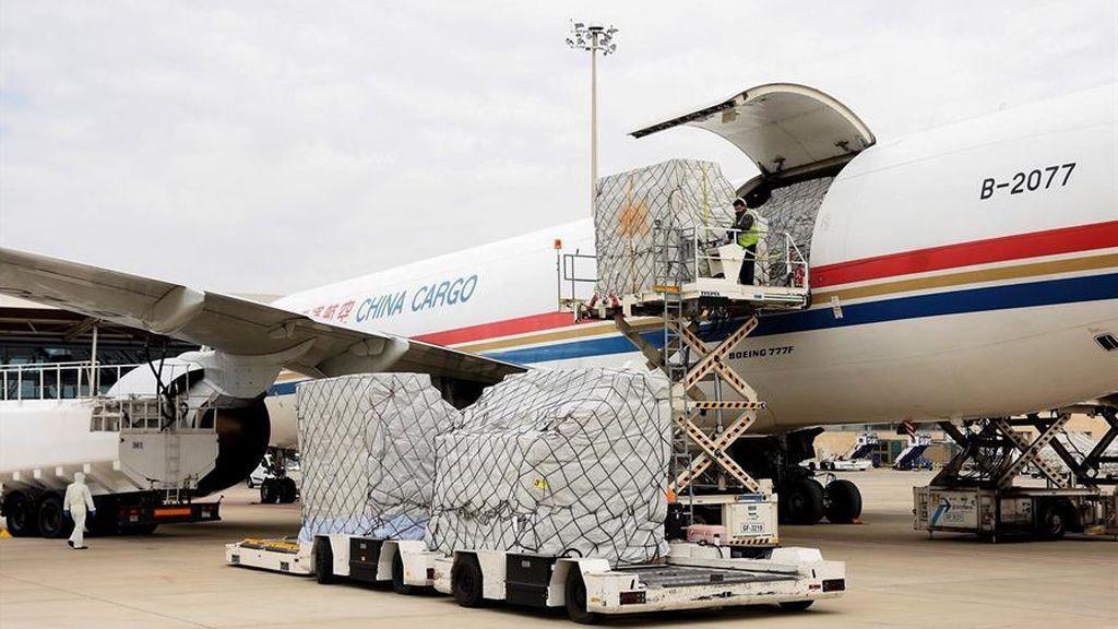 Diez días después Ayuso anuncia que esta tarde llega el primer avión prometido con material sanitario