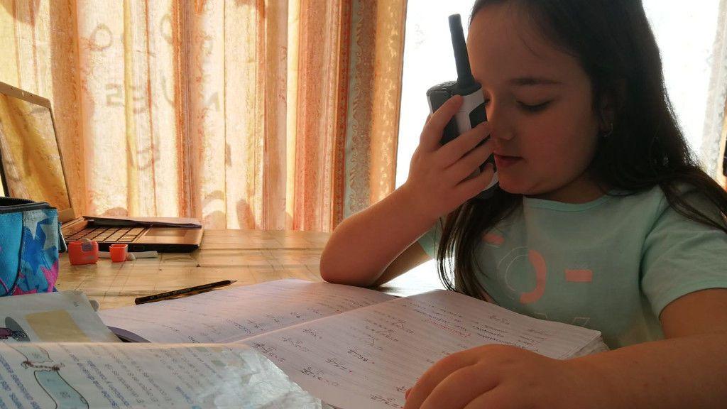 Sheila, una alumna, resolviendo un problema de matemáticas