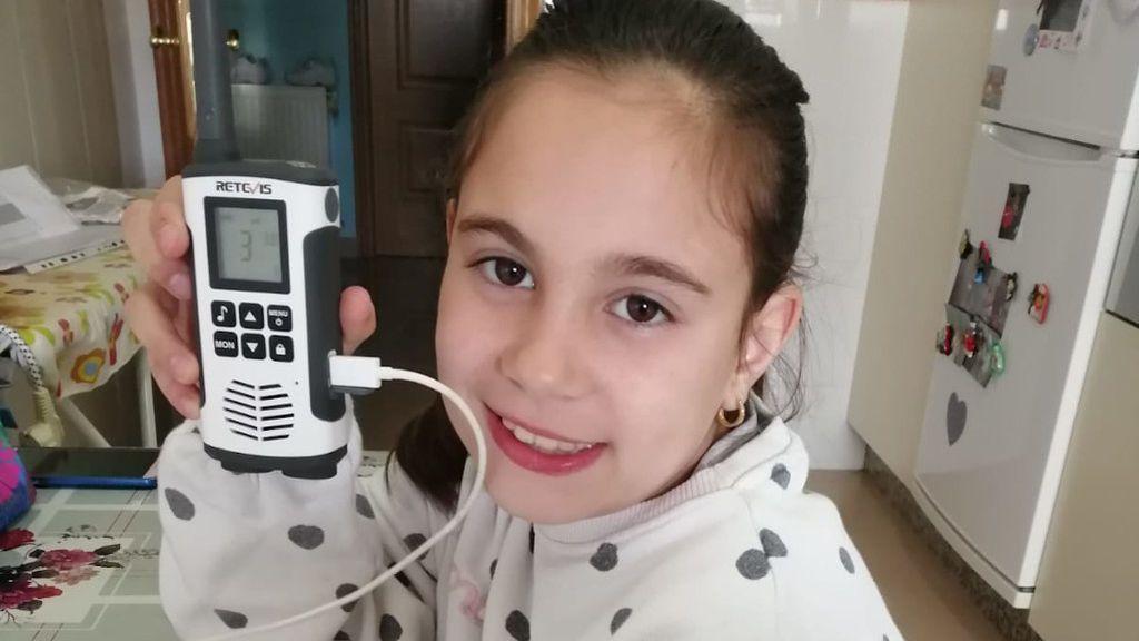 Claudia, una de las alumnas, con el aparato de radiofrecuencia