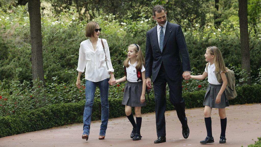 Felipe, Letizia y sus hijas pasean por las inmediaciones de Zarzuela