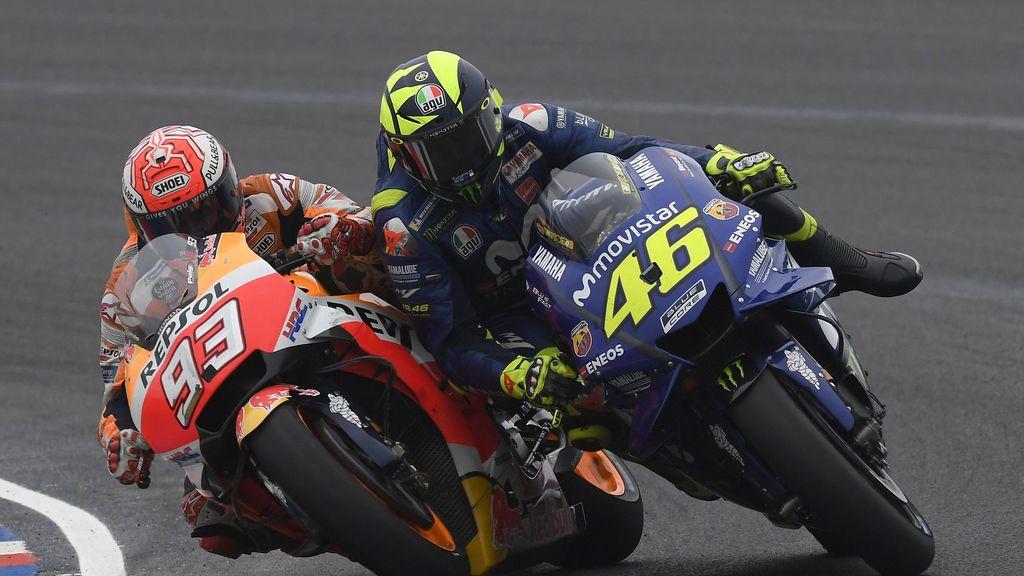 Marquez y Rossi compitiendo durante una carrera de Moto GP