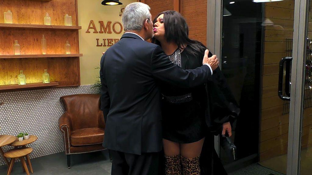 """'Drag Gata' no se lo piensa y besa a Carlos Sobera: """"No me quería ir sin comerle la boca"""""""
