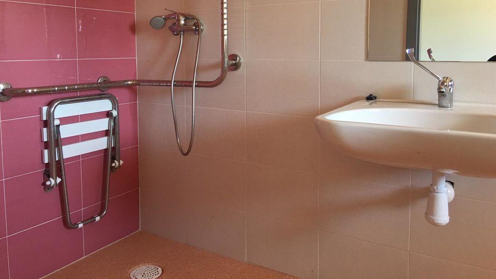 Uno de los cuartos de baño de las habitaciones de la nueva residencia.
