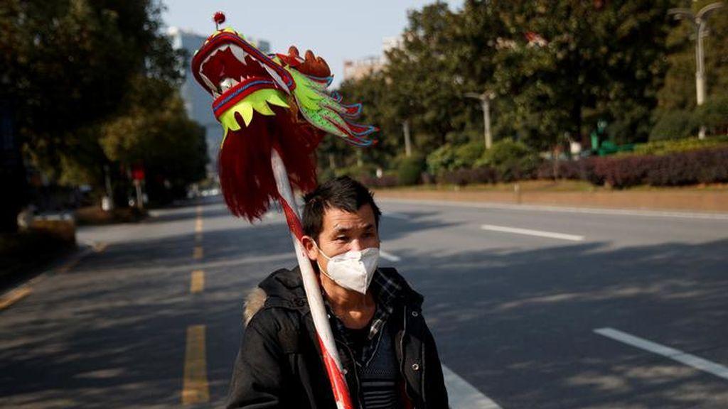 Un hombre camina por una calle vacía en China