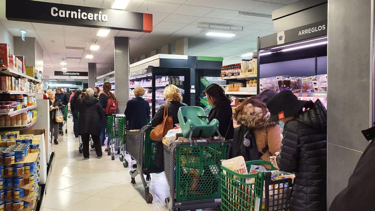 EuropaPress_2702445_decenas_personas_cargadas_provisiones_esperan_poder_pagar_supermercado_dia