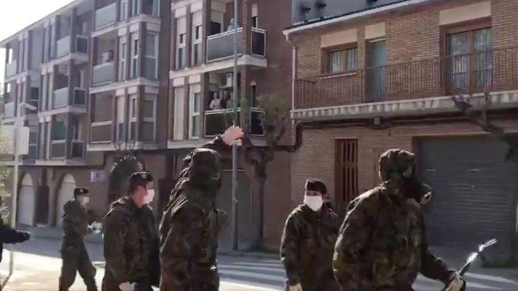 Los vecinos de la cárcel de Lledoners aplauden al Ejército por su labor contra el coronavirus