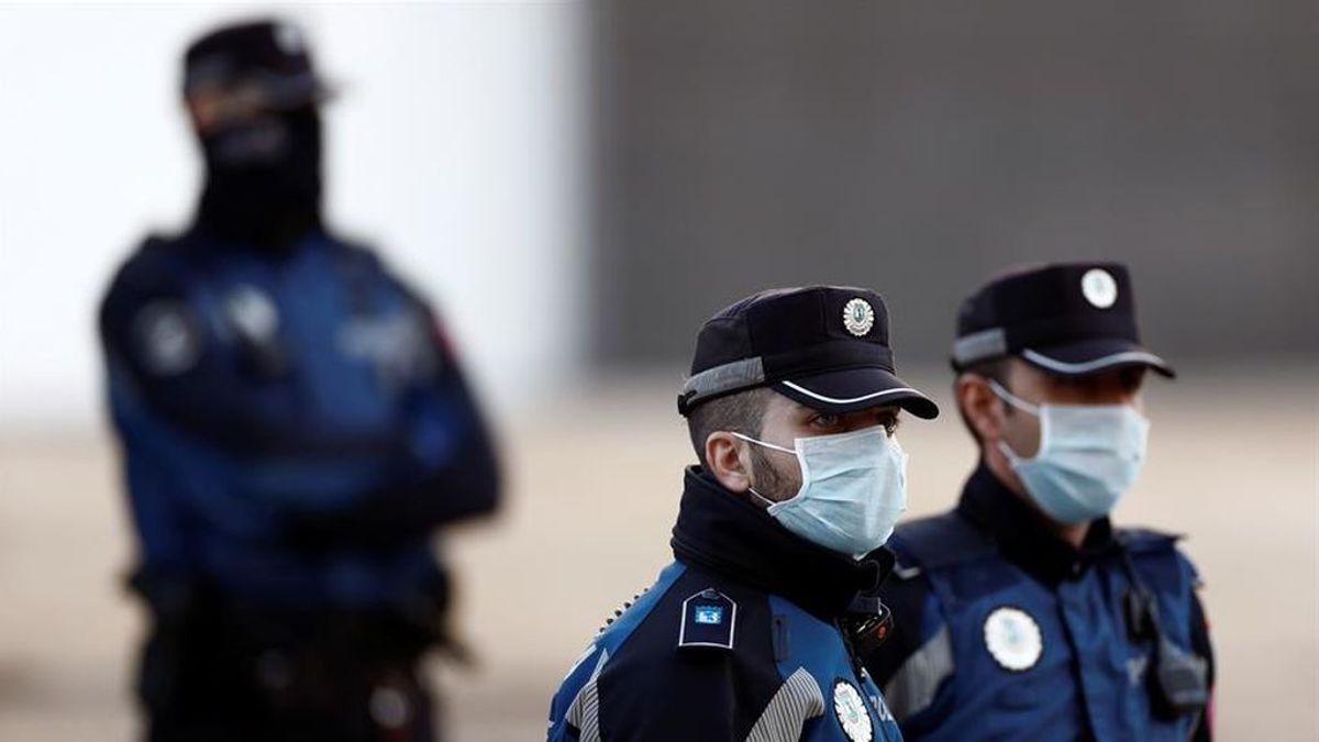 Un hombre armado con dos catanas y que afirma tener coronavirus se enfrenta a la policía en Madrid