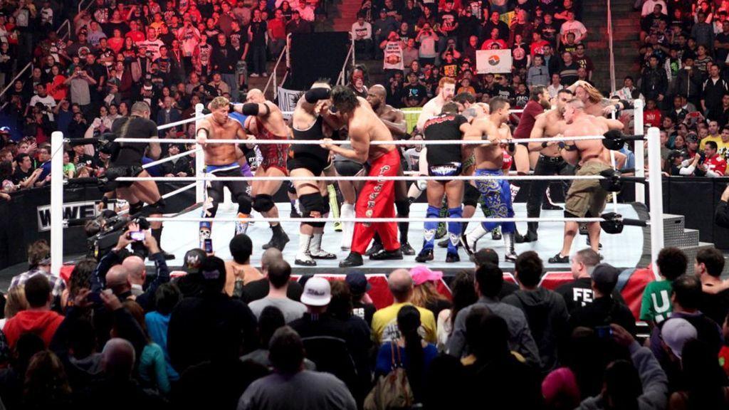 Los luchadores en escena en un Royal Rumble.