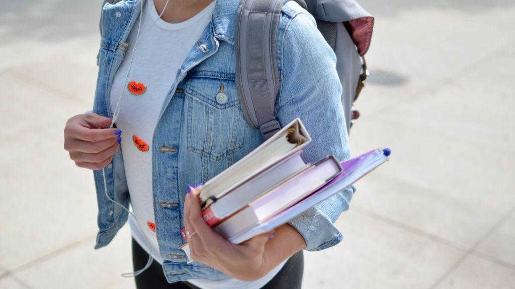 Una estudiante yendo a clase antes de establecerse la cuarentena
