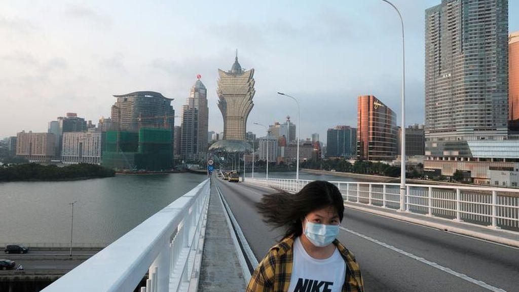 Una joven utiliza mascarilla en la región de Macao