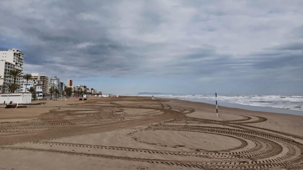 La playa de Gandía desierta en el primer día de vacaciones de Semana Santa