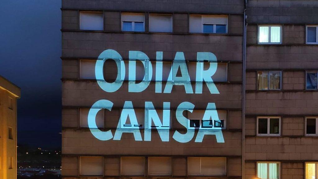Escolaunitaria, de trolear con frases en Santiago de Compostela a convocar un macro vermú nacional el sábado