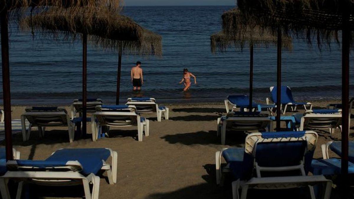 Una mujer, detenida en Marbella por irse dos veces a bañar a la playa