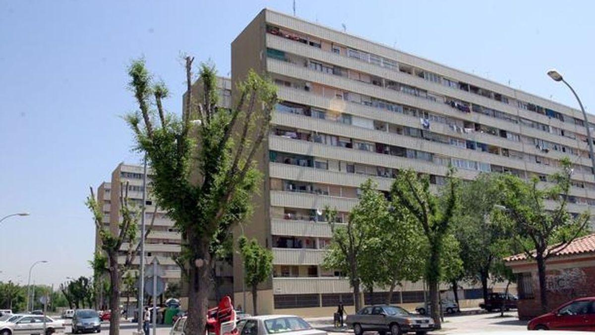 Vecinos de La Mina, en Sant Adrià de Besos, aplauden agradecidos a la policía por su lucha contra el coronavirus