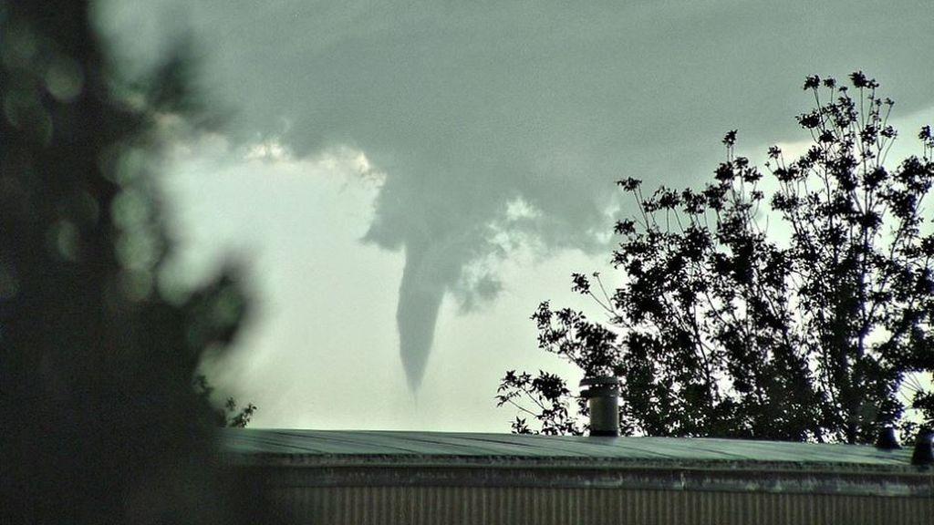 Tornado en Sevilla: una tuba sorprende en medio de la cuarentena