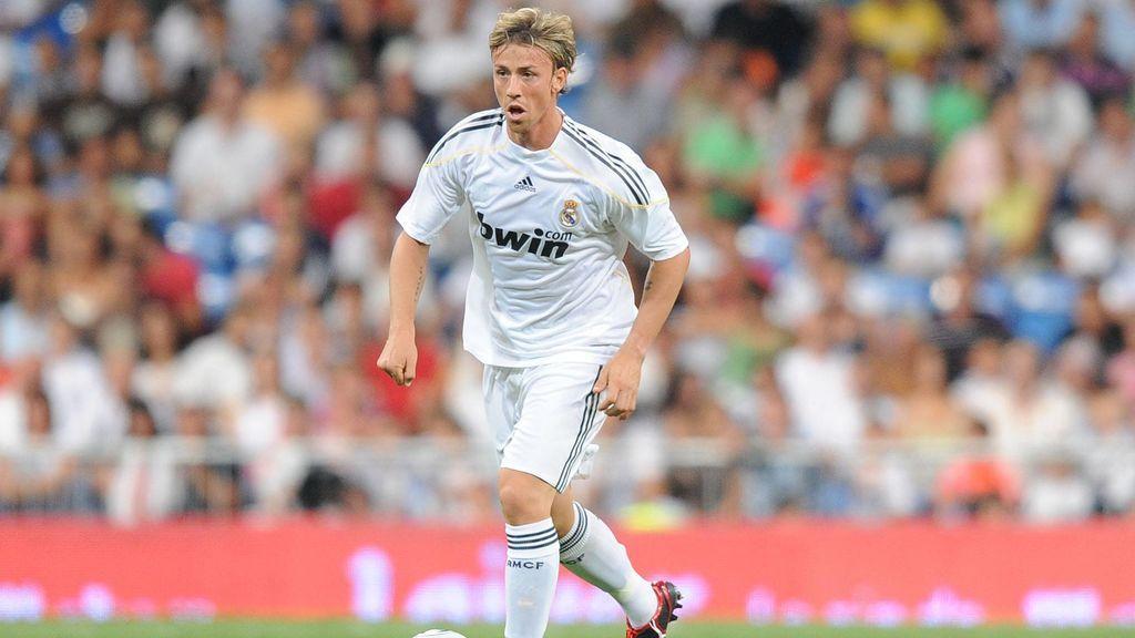 Guti jugando con la camiseta del Real Madrid