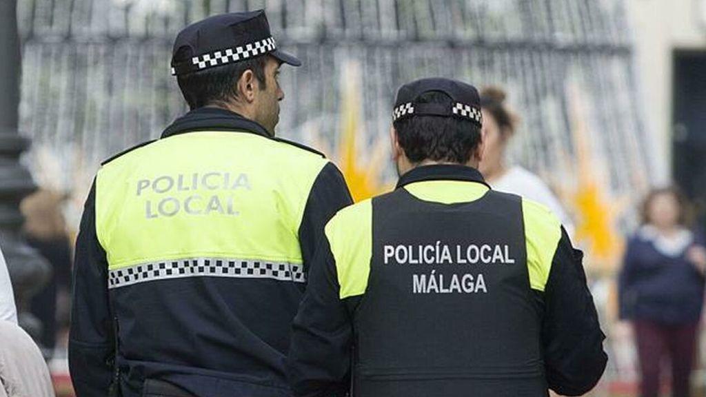 Policías locales de Málaga asisten a una pareja de ancianos y terminan haciéndoles la compra