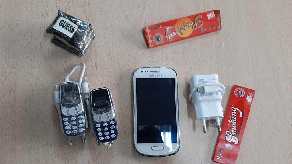 Tres teléfonos móviles y 70 gramos de hachís:  el tesoro que un joven lanzó al interior de la cárcel de Tenerife
