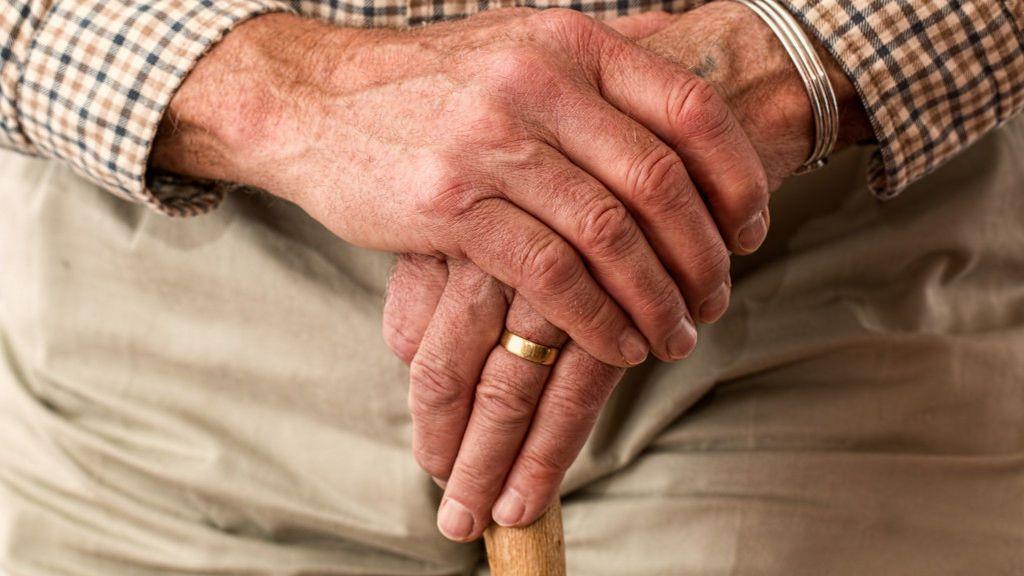 Los ancianos sin coronavirus podrán salir de sus residencias en Cataluña para pasar el confinamiento en casa