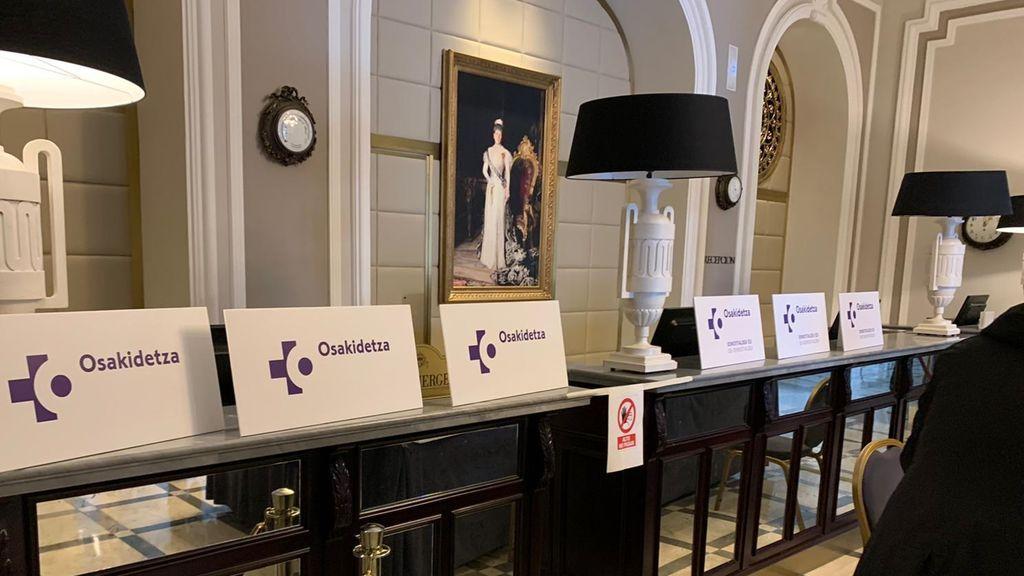 Los carteles y el cuadro el hall del María Cristina