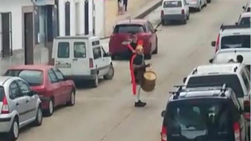 Denunciado en Montilla por disfrazarse de romano y tocar el tambor en la calle