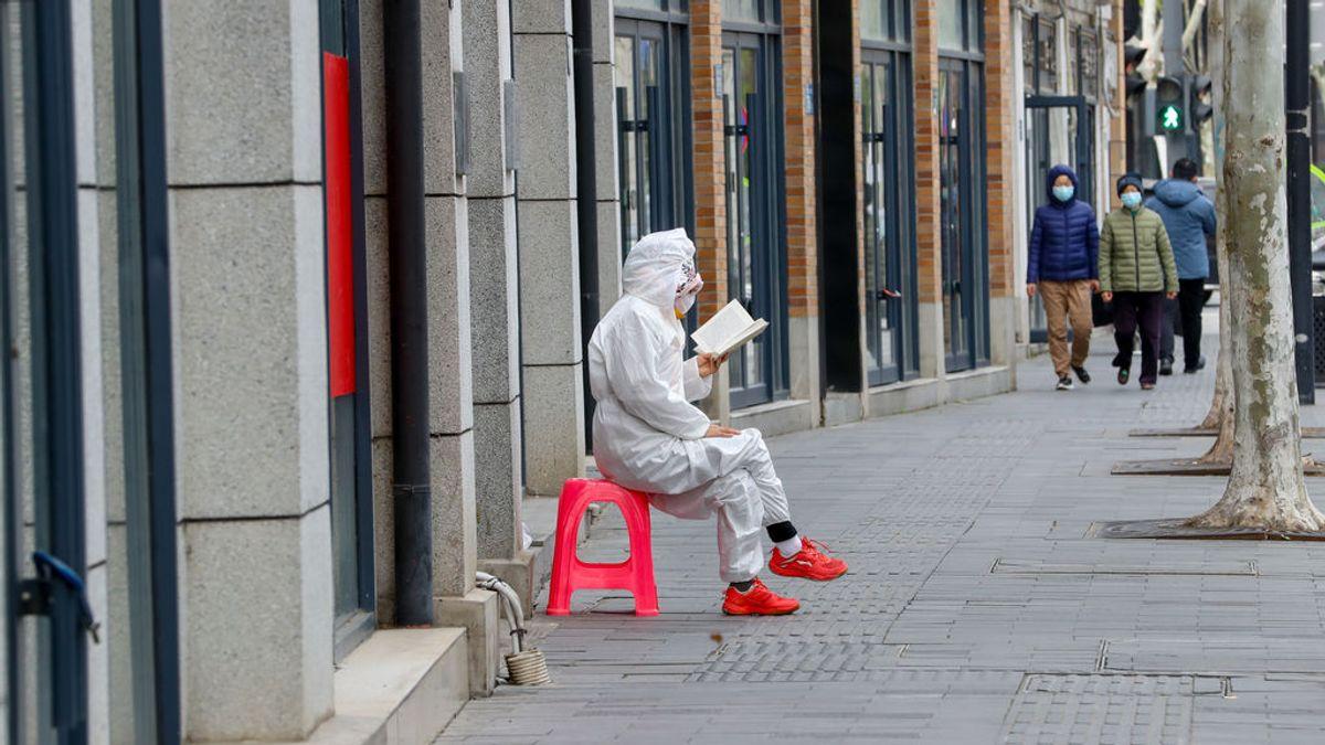 Un experto virólogo chino avisa: el peor error del mundo con el coronavirus