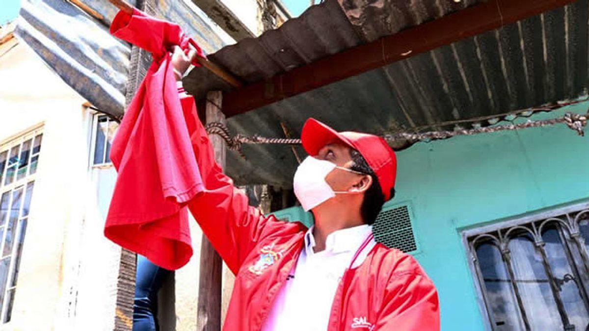 Un trapo rojo colgado en las ventanas: así piden ayuda en Bogotá frente al coronavirus