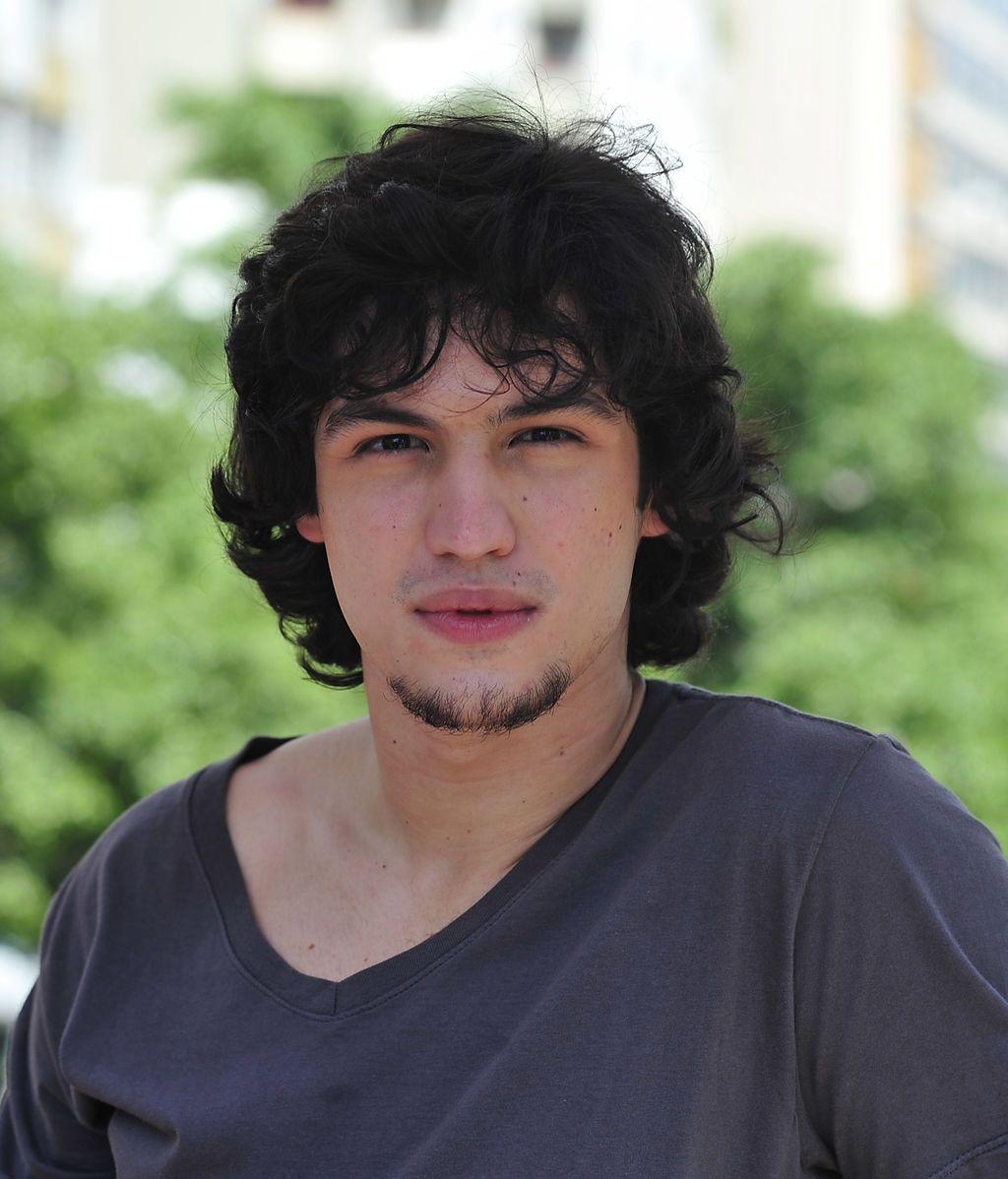 Gabriel Leone es Guilherme