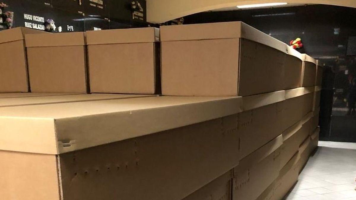 Comienzan a usar ataúdes de cartón para las víctimas del coronavirus en Ecuador