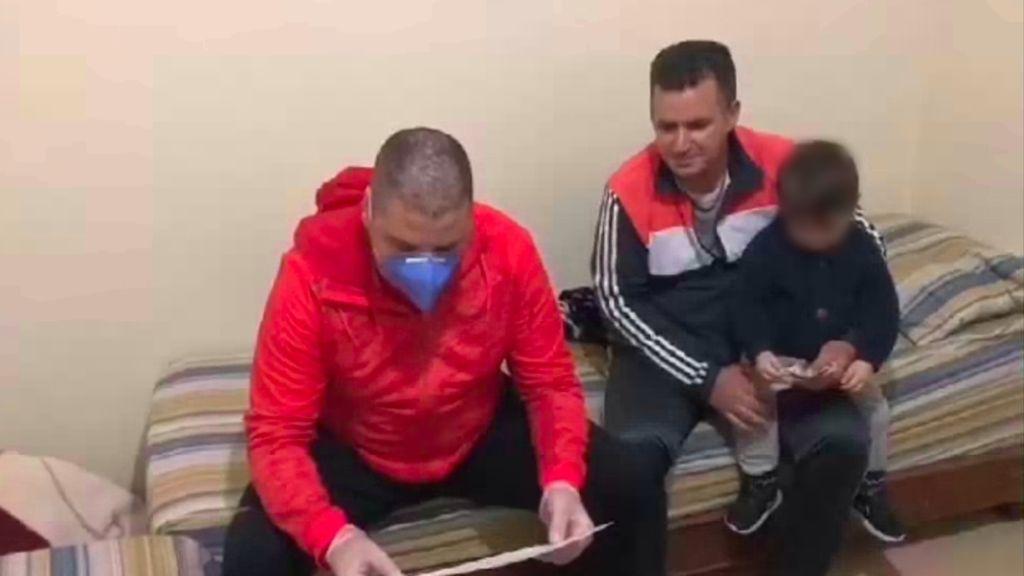Agentes de la frontera de Melilla hacen una donación al camarero que les servía tras quedarse sin sueldo