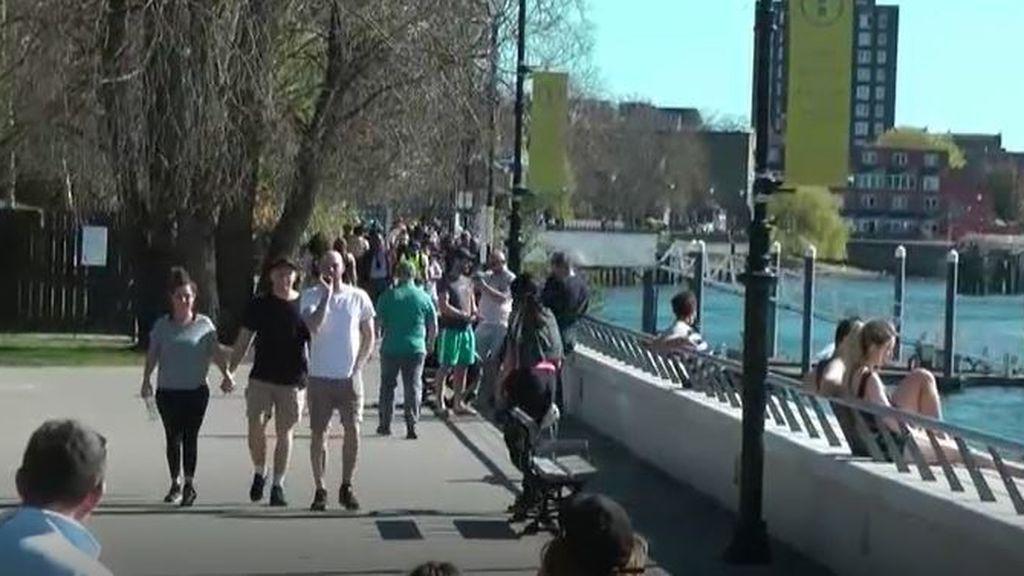 Los londinenses no renuncian a disfrutar del sol al aire libre a pesar de la amenaza de coronavirus