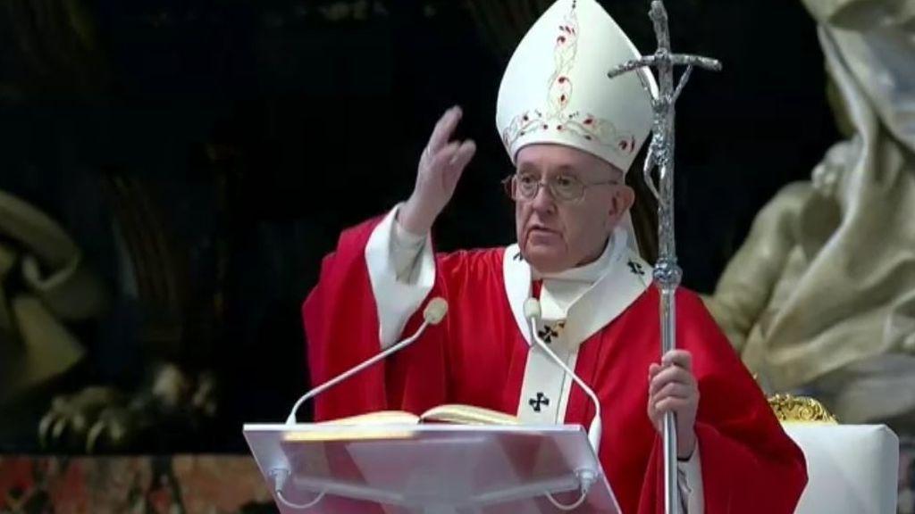 El papa oficia la misa de Domingo de Ramos en la Basílica de San Pedro casi vacía