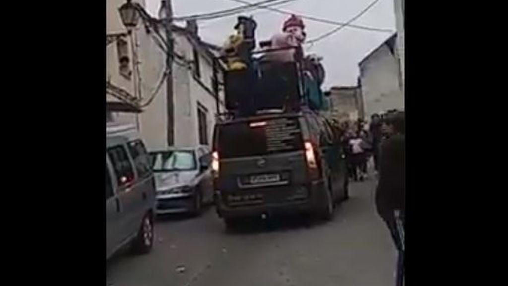 Un pueblo de Jaén organiza una fiesta en plena calle saltándose la cuarentena