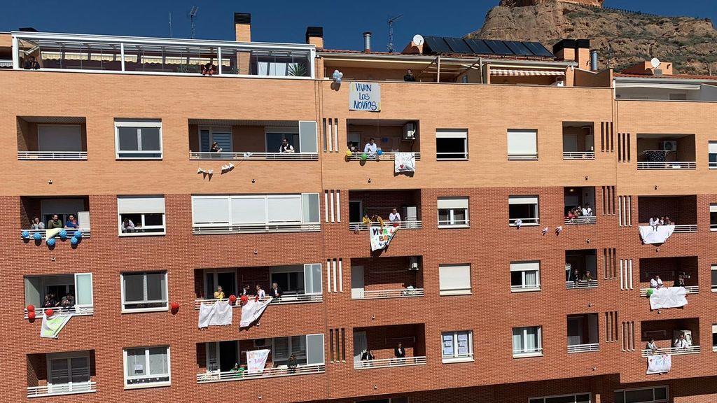 Los vecinos de la pareja decoraron sus balcones para la ocasión.