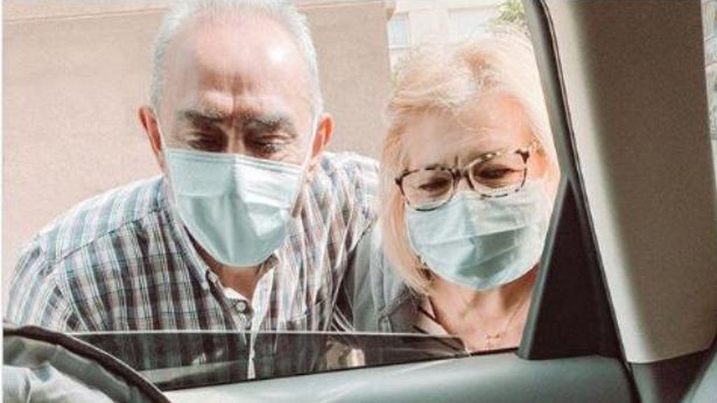 Nacer en pandemia: unos abuelos conocen a su nieta a través de una ventanilla