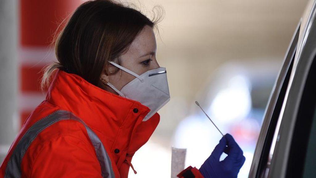 Personal sanitario toma una muestra para realizar un test de coronavirus