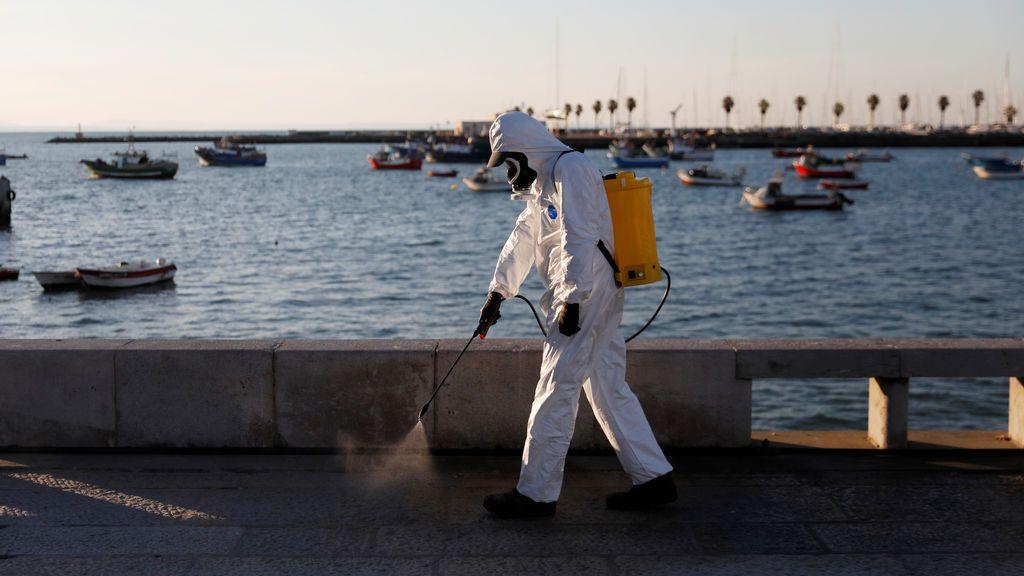 Desinfección de una playa en el Algarve