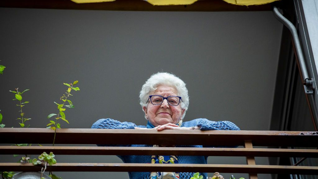 Rosa, asomada al balcón tras la sorpresa