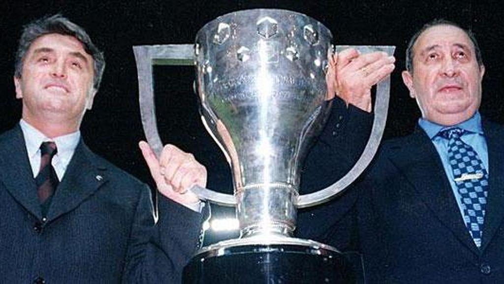 Radomir Antic y Jesús Gil, con la Copa del Rey.