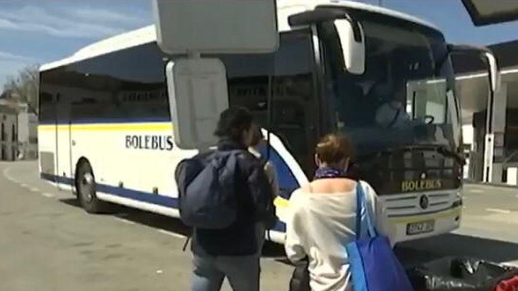 Trabajadores sanitarios subiendo a un autobús en Trebujena