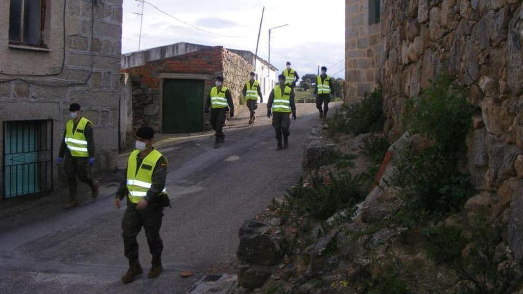 Soldados de la BRIPAC por las calles de Aldea en Cabo (Toledo)