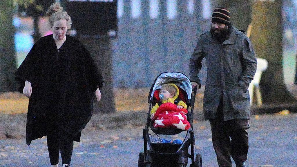 Adele, Simon Konecki y su hijo Angelo, durante un paseo en 2013