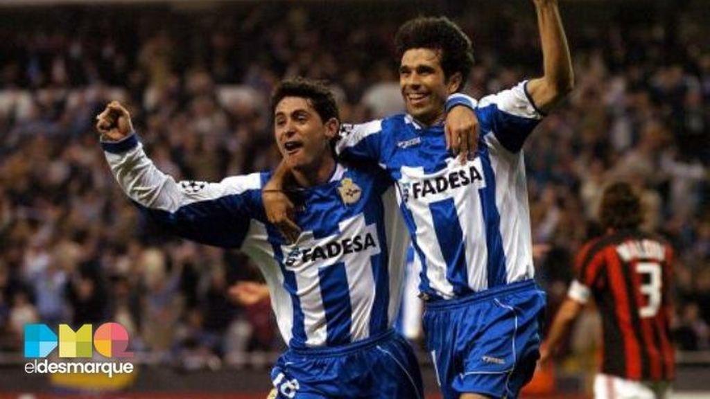 Víctor y Valerón celebran un gol en la remontada del Dépor al Milan