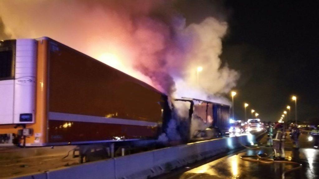 Tres muertos en un choque frontal entre tres camiones y un turismo en Sant Boi de Llobregat