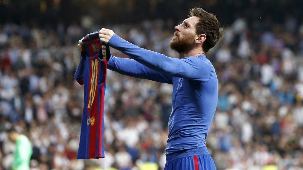 Messi enseñando el dorsal de su camiseta en un clásico entre el Real Madrid y el Barça