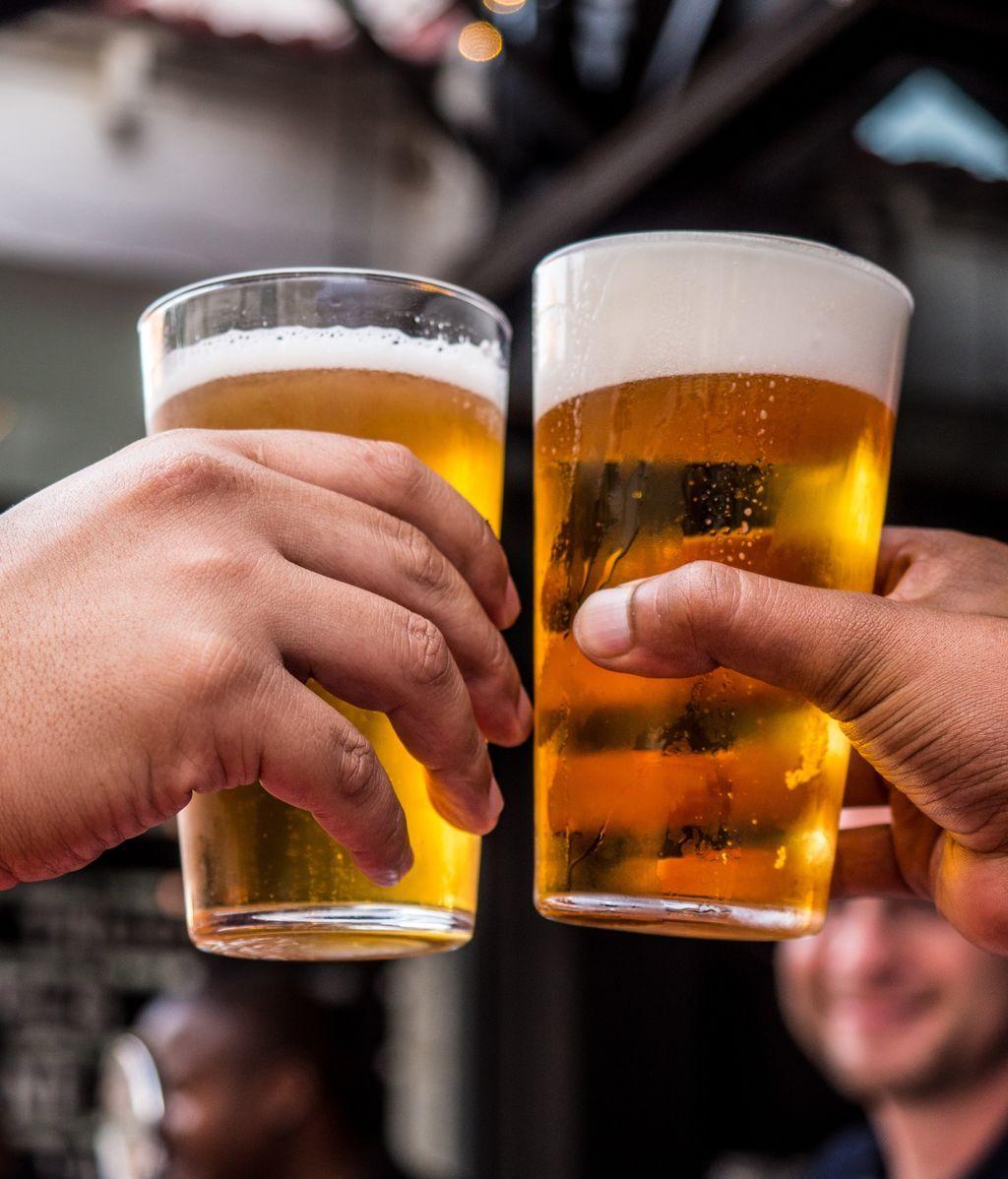 Bebemos más en casa, pero no compensa lo que nos bebíamos en los bares