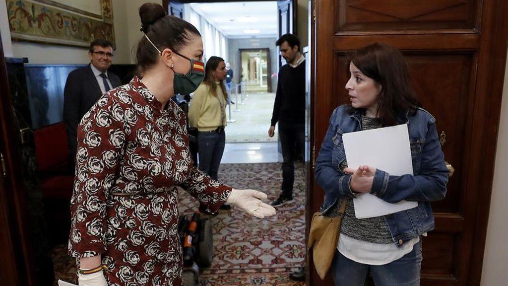 La portavoz de Vox, Macarena Olona, charla a través de su mascarilla con la socialista
