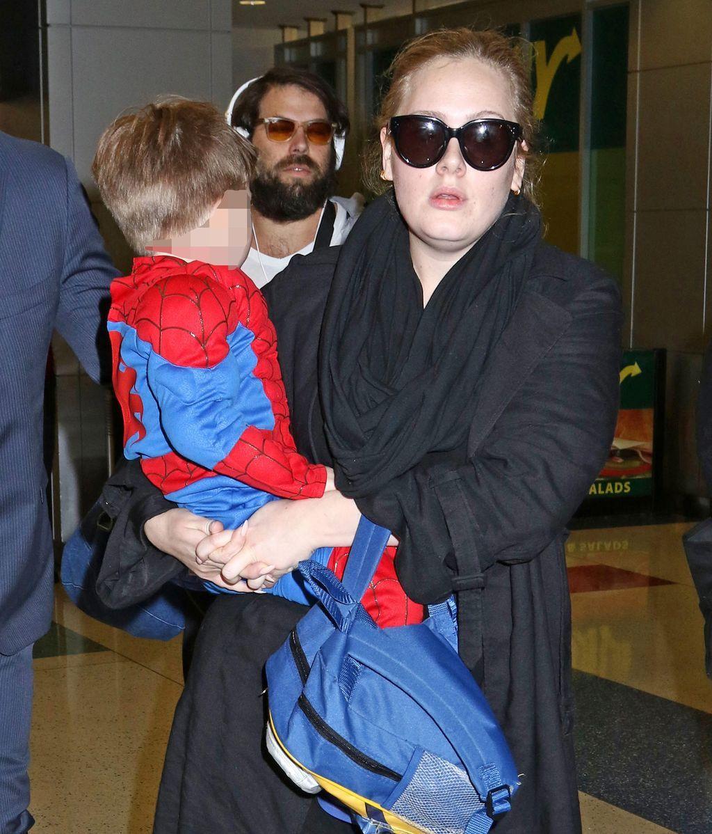 Adele abandona el aeropuerto de Nueva York con su hijo en brazos (2015)