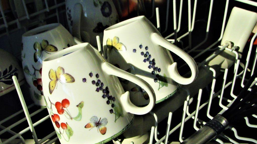 Varias tazas en la bandeja del lavavajillas