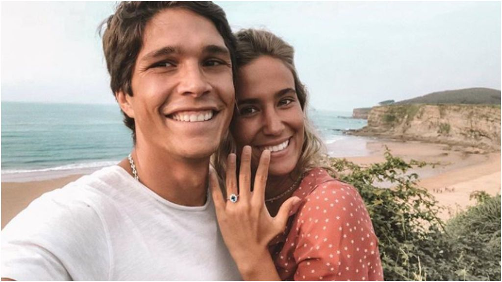 El anillo de zafiro azul de María Pombo puede servir de inspiración.